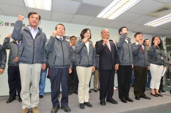 蔡英文在黨內兩位前主席及大老們的陪同下,向台灣人民感謝致意。(記者王藝菘攝)