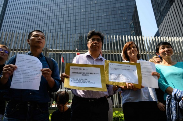 多名新聞工作者8日聚集於香港政府總部外,遞交請願書,要求特區政府對此事詳細交代。(法新社)