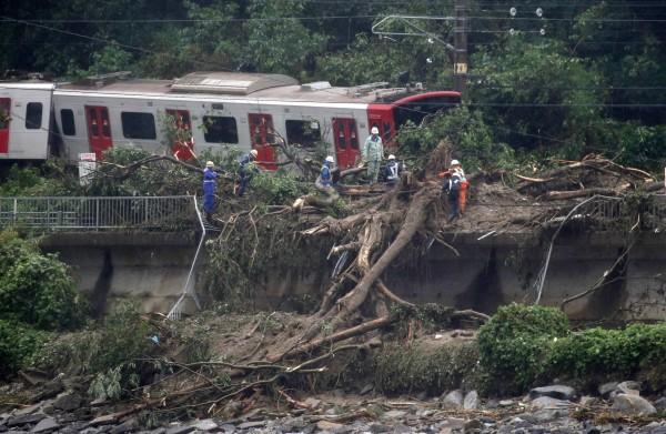 土石崩塌、道路坍方導致許多線路、道路停駛。(歐新社)