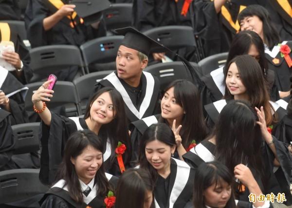 台灣大學創校90週年今(10日)舉辦畢業典禮。(記者方賓照攝)