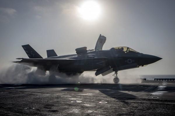 美國平均單機造價1億美元(約30.8億台幣)的F-35匿蹤戰機,上月首度墜毀,肇因疑為燃油管路瑕疵。圖為美軍F-35B閃電二式戰機。(歐新社資料照)