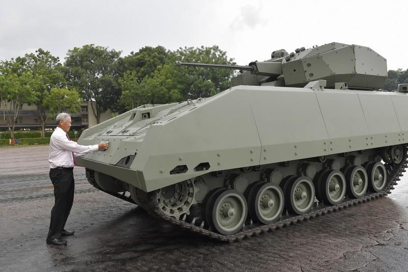 新加坡國防部長黃永宏11日出席裝甲部隊成軍50週年閱兵典禮時,正式宣布「獵人」步兵戰鬥車開始服役。(圖擷取自新加坡國防部網站)