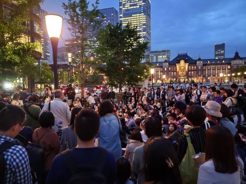 東京車站前,有約300名示威者參加鮮花示威運動。(圖擷取自Mae_To_Ushiro@Twitter)