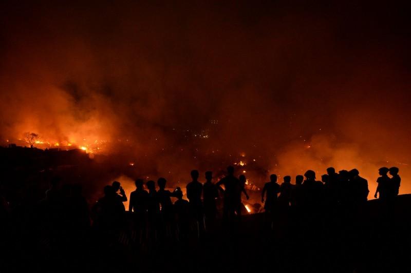 孟加拉首都達卡的一處貧民窟,於當地時間16日發生大火,導致約1萬5000間住宅被燒毀。(法新社)