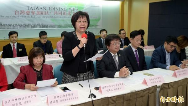 台灣19個醫事團體18日舉辦國際記者會,由護理師護士公會全聯會副理事長張澤芸(前排左二)代表宣讀聯合宣言,訴求「台灣應參加WHA,共同追求全民均健」。(記者張嘉明攝)