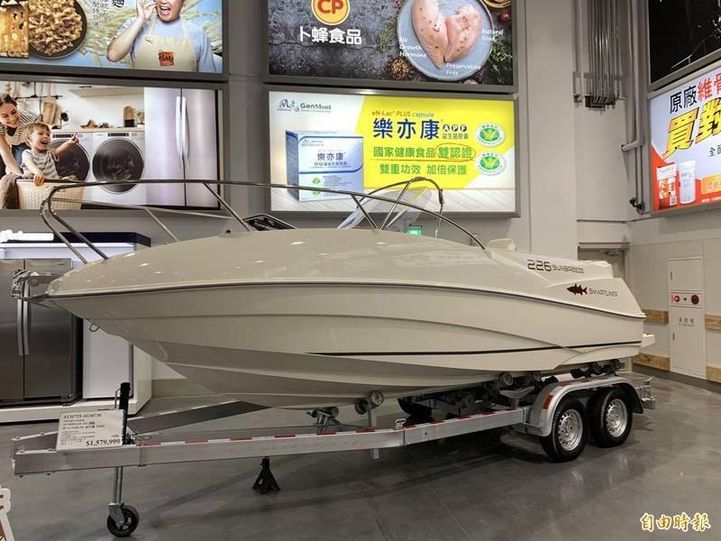 好市多北台中分店開幕獨賣近158萬波蘭製造7人座動力遊艇,一開店就售出,有人抱現金直接買。(記者蔡淑媛攝)