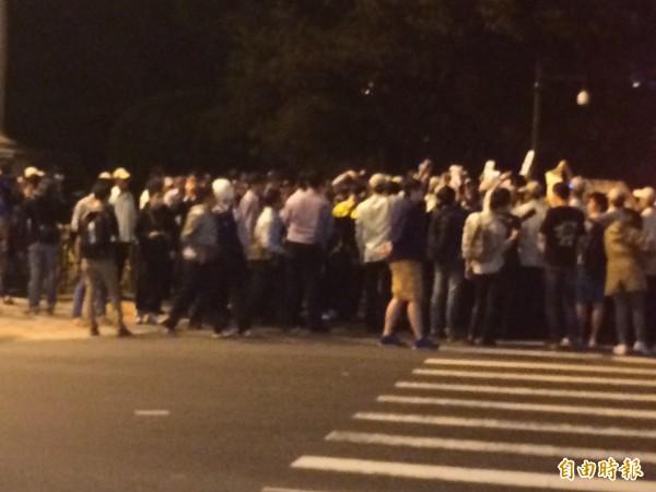 有群眾試圖衝總統府,被阻擋下來。(記者劉慶侯攝)