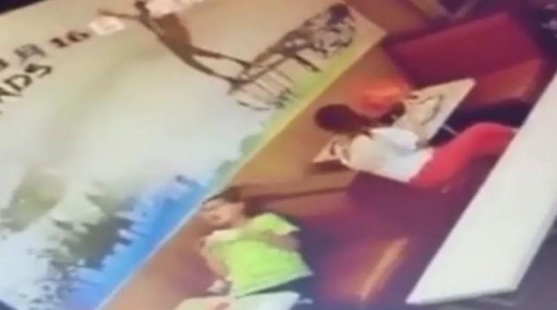 日前中國一名13歲少年在速食店一邊玩手機一邊充電,沒想到卻疑似遭到電死,動也不動,送醫後搶救不治。(圖片擷取自微博)