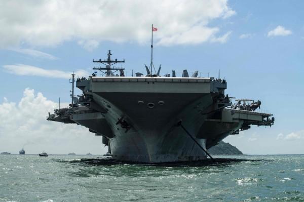 日本海上自衛隊今透露,日前美日在沖繩周圍和台灣南方海域舉行聯合軍演。(美聯社)