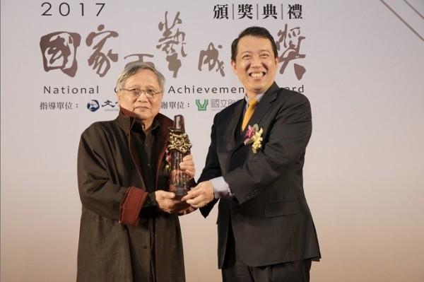 文化部政務次長楊子葆頒發予張憲平大師。(文化部提供)