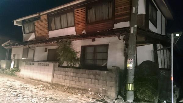 熊本地震10死400傷,19間房屋倒塌。(路透社)