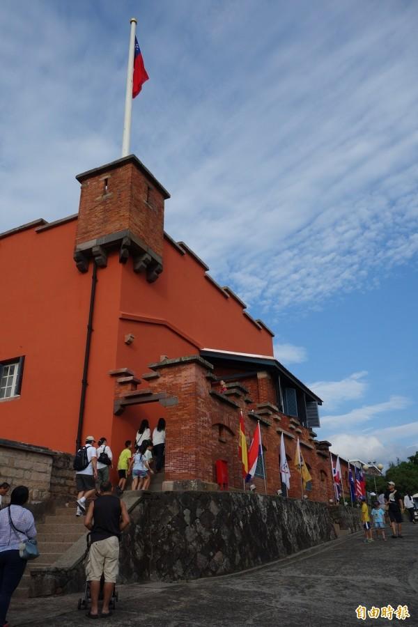 淡水紅毛城歷經1年8個月修復工程,今重新開城,遊客搶先見證百年古蹟風貌。(記者葉冠妤攝)