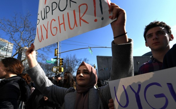 中國新疆再教育營地的人權爭議,引起全球人權組織及各界關注,圖為本月5日民眾至聯合國抗議,聲援維吾爾人權。(法新社)