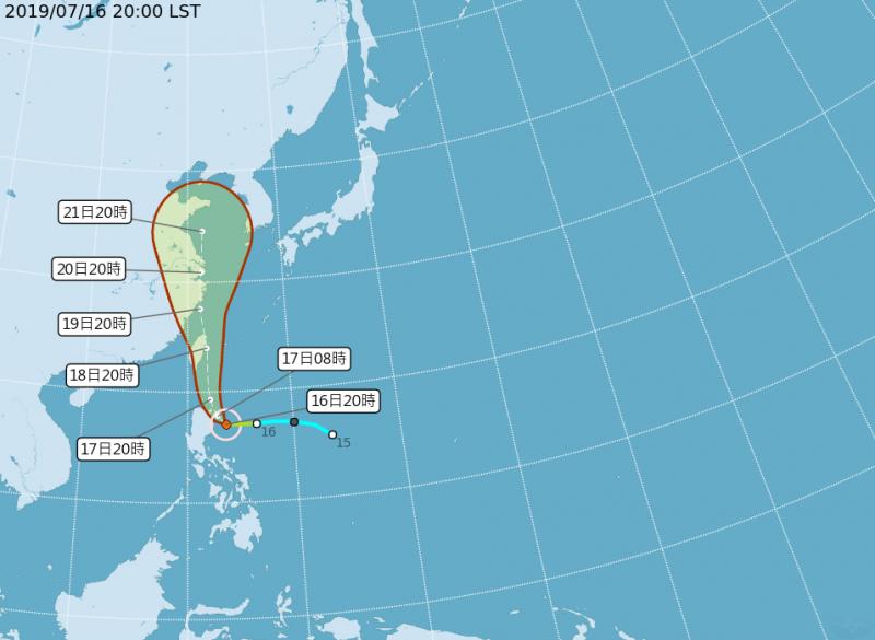 氣象局預估,最快今晚11點30分就會發布海上颱風警報,丹娜絲也從原先預估的「穿心颱」改為颱風中心由東半邊擦過。(圖擷取自中央氣象局)
