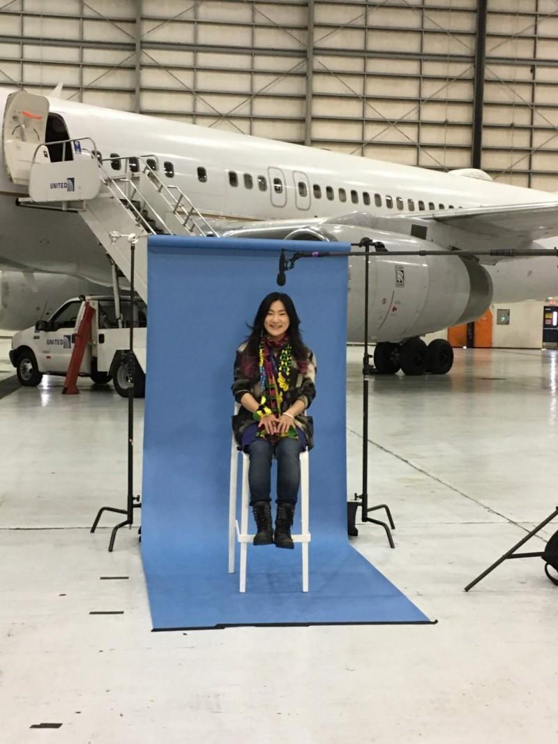 台灣旅美藝術家與聯航飛機同框。(牟宗瑋提供)