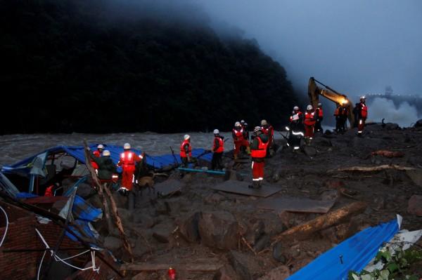 中國福建省泰寧縣8日清晨發生嚴重土石流,一座電廠辦公大樓、一座工寮因此被掩埋,截至今晚8時30分,失聯人數已增加至41人。(路透)