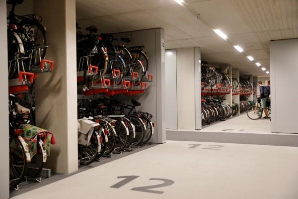自行車停放區清楚標示,多個地面上有淺灰數字分區。(路透社)