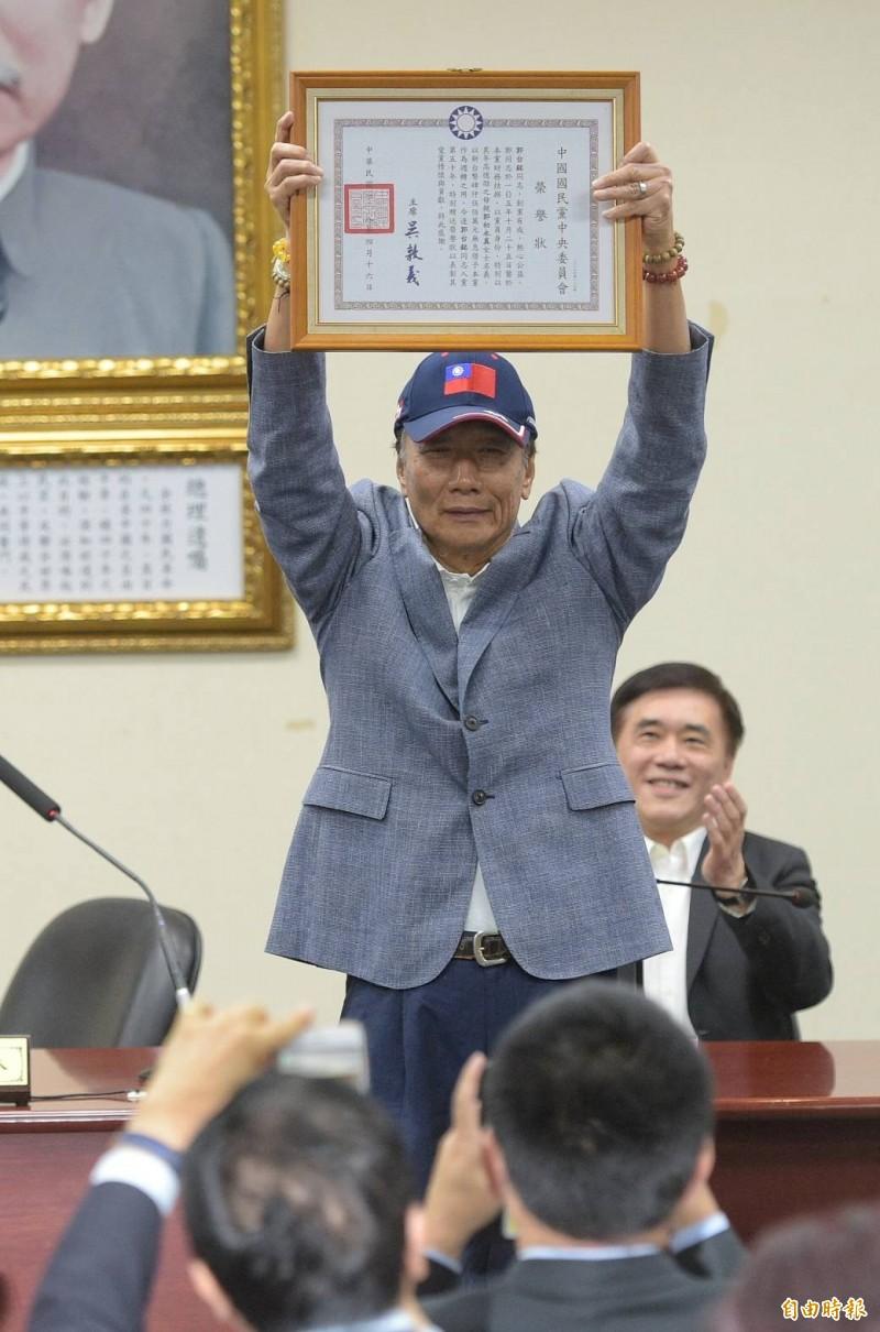 鴻海集團董事長郭台銘在接受表揚後致詞時,當場宣布要參選國民黨的總統初選。(記者張嘉明攝)
