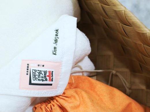 客房內不少細節讓他感動,例如繡著他名字的毛巾、蔡英文的親筆信以及他著作的書籍,所有的細節讓他感性表示「未來要更用心介紹台灣」。(圖片擷取自金周奕IG)