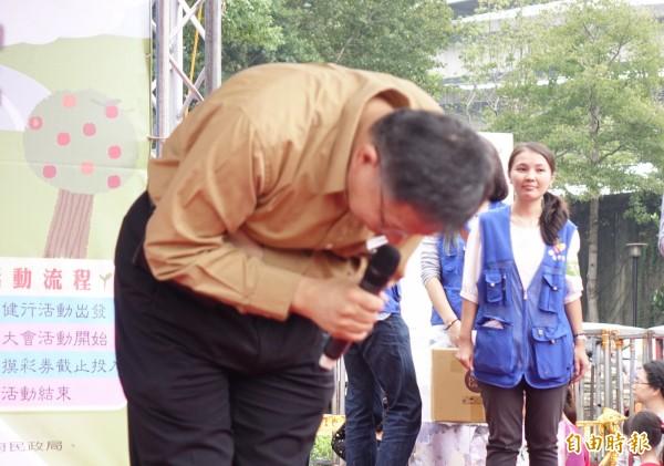 台北市長柯文哲28日出席樂活山林長青健行登山活動,為民眾瘋搶摸彩券受傷事件道歉,並抽出電動機車、電視等大獎。(記者簡榮豐攝)