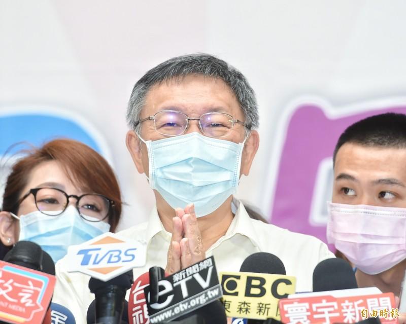 台北市政府7日舉行親子日活動,市長柯文哲出席合影,並接受媒體採訪。(記者方賓照攝)