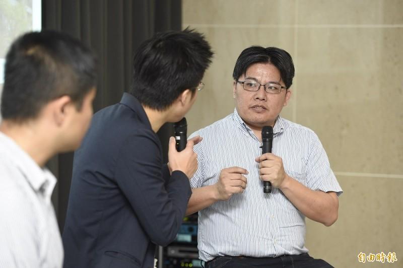 時代力量黨主席邱顯智14日出席時代力量智庫座談會,以「那些建商不想讓你知道的事」為題發表看法並在現場交換意見。(記者叢昌瑾攝)