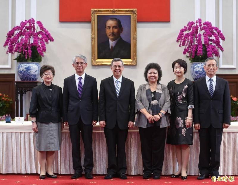 副總統陳建仁(左三)、秘書長陳菊(右三)公布大法官被提名人名單,包括謝銘洋(左二)、呂太郎(右一)、楊惠欽(左一)、蔡宗珍(右二)等人。(記者劉信德攝)
