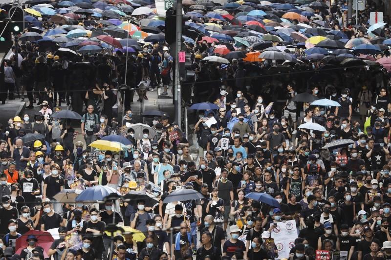 下午3時,集會人士走上馬路並分為數股人流,往西環、警總以及銅鑼灣方向前進。(美聯社)