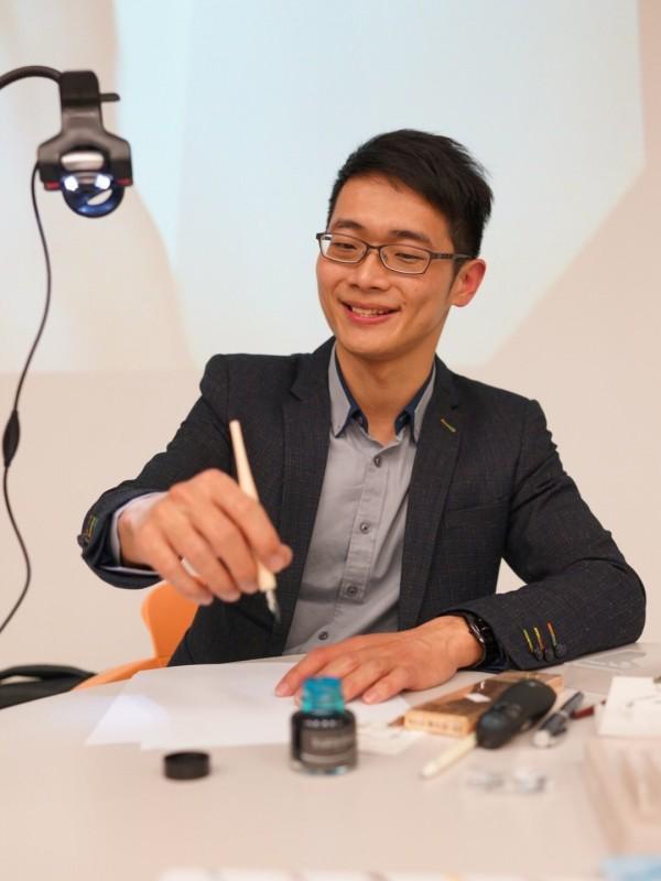 葉曄樂於分享他個人寫字的歷程及方法,甚至辭去公立學校教職。(手寫時光工作室提供)