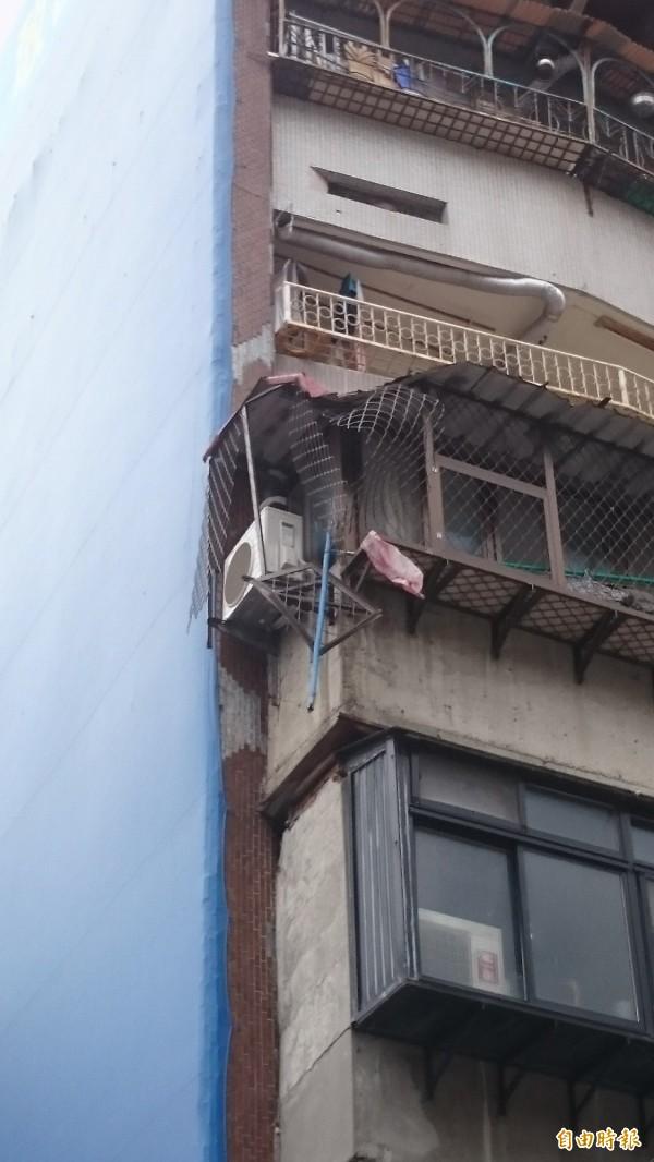 4樓遮雨棚因撞擊而損壞。(記者王冠仁攝)
