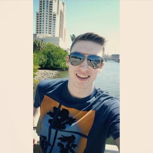 美國兆彩4.51億美元頭彩(約新台幣133億元)得主現身,是佛羅里達州20歲青年米斯勒(Shane Missler)。(圖擷自Shane Missler臉書)