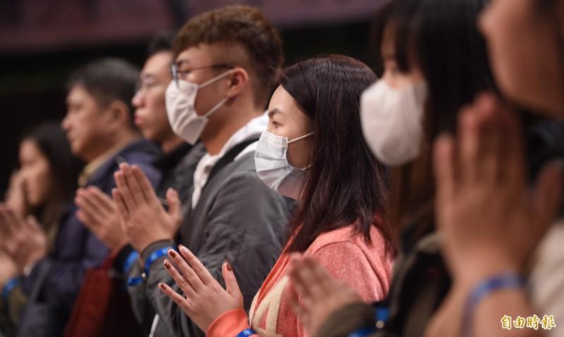 法鼓山佛教世界園區在除夕夜舉辦「除夕撞鐘跨年祈福」,不少民眾在誦經聲中敲響法華鐘聲,祈求來年平安順利。 (記者劉信德攝)