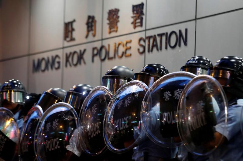部分示威者曾短暫聚集於旺角警署,並向內投擲雞蛋、水球。(路透)