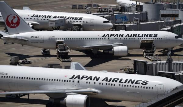 日本東京羽田機場跑道被高溫曬出大洞。(法新社)