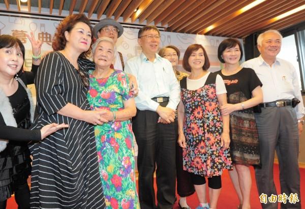 台北市長柯文哲(圖中)出席大安老人服務暨日間照顧中心開幕活動。(記者王藝菘攝)