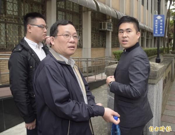 台北高等法院2日審理共諜周泓旭案,傳新黨青年軍王炳忠(右)、王父王進步(右二)出庭。(記者黃耀徵攝)