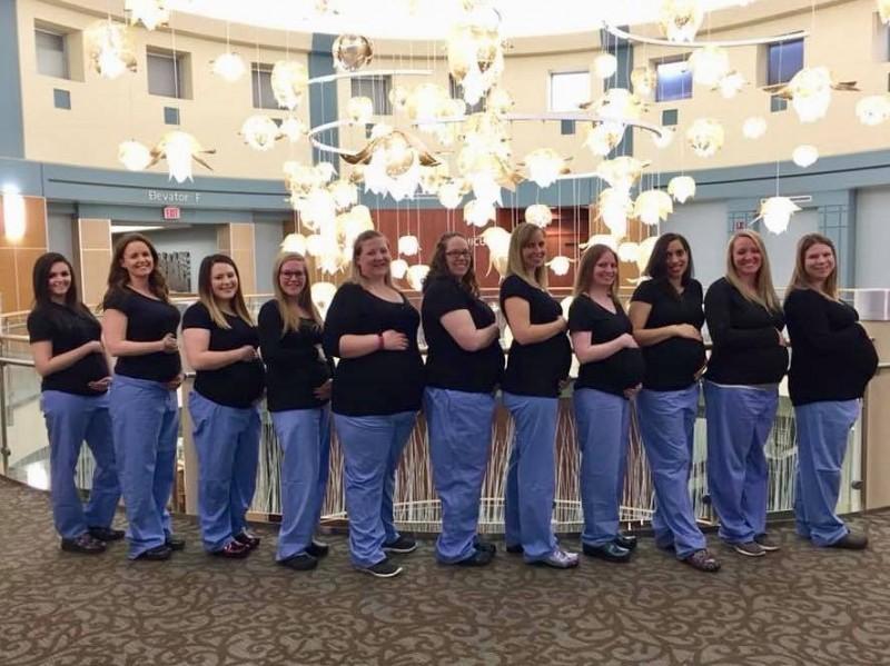 美國接連發生醫院婦產科護士同時懷孕的現象,醫生透露這無法用醫學來解釋,而是一種懷孕的「氛圍」。圖為俄亥俄州邁阿密河谷醫院(Miami Valley Hospital)11名護士陸續懷孕。(圖擷自Liz Jones臉書)