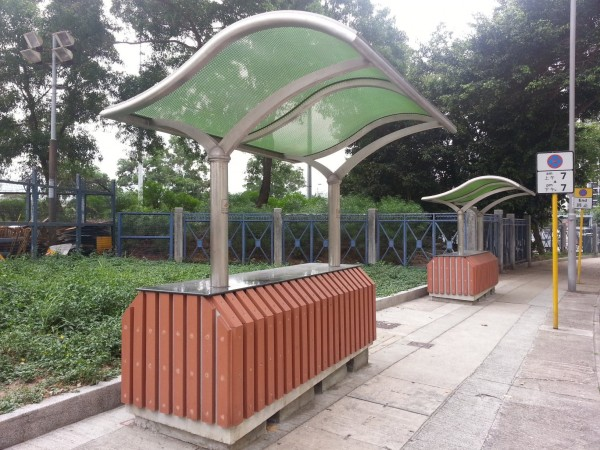 香港出現「巨墩避雨亭」,居民認為設計不實用,導致無法避雨,且2座更是要價21萬港元。(圖擷取自「樂活鰂魚涌」臉書專頁)
