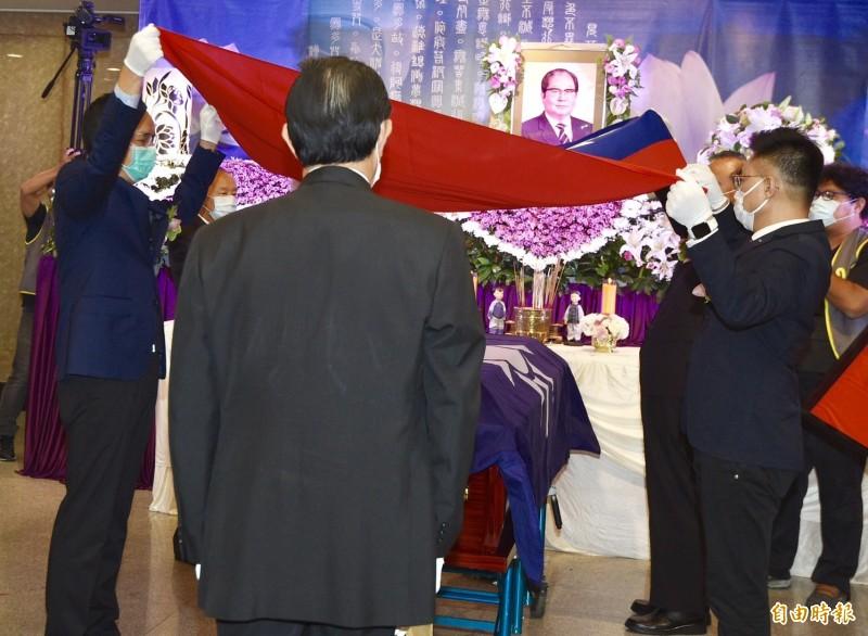 邱創煥告別式由前總統馬英九主祭,靈柩上蓋上黨旗、國旗。(記者羅沛德攝)
