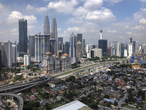 馬來西亞吉隆坡一處市場發放200張免費食品兌換券,卻湧入1000多人瘋搶,有2名老年婦人疑似因過於擁擠而呼吸困難喪命。圖為吉隆坡城市一景。(美聯社)