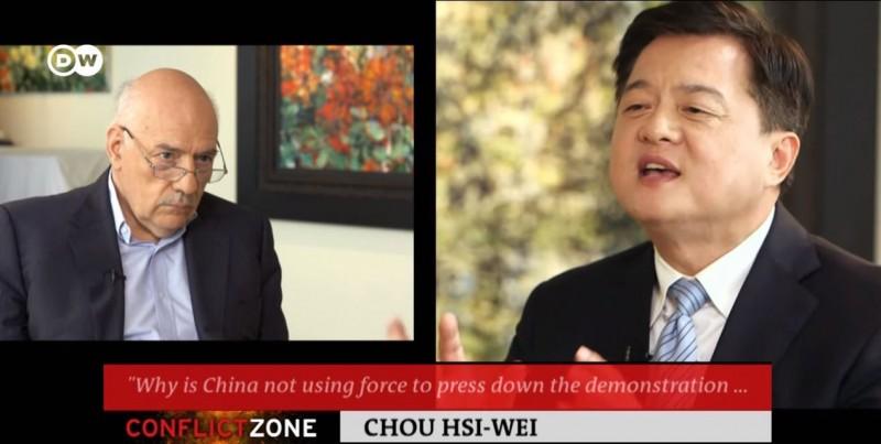 周錫瑋接受《德國之聲》訪問時,堅持只要「反台獨」,中國就不會攻擊,外交官劉仕傑拿出逐字稿,發現他有更多「驚奇論述」。(圖片擷取自YouTube「DW News」)
