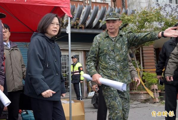總統蔡英文7日赴花蓮雲門翠堤大樓現場勘災。(資料照)