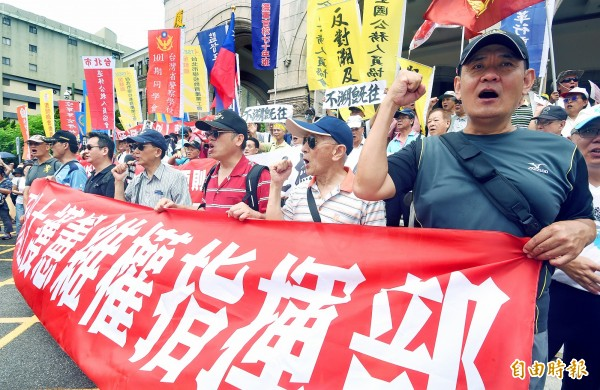 Members of veterans' group 800 Heroes and their supporters protest outside the Judicial Yuan in Taipei yesterday.