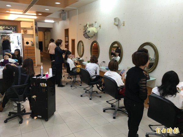 主計總處調查發現,去年美髮、美容及造型設計等人員平均月薪竟低於「22K」。(資料照,記者黃淑莉攝)