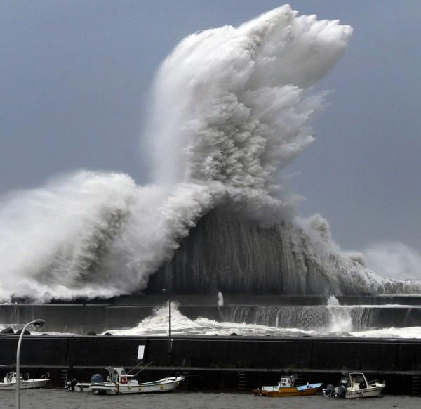燕子颱風侵襲日本,在高知縣外海掀起滔天巨浪。(美聯社)
