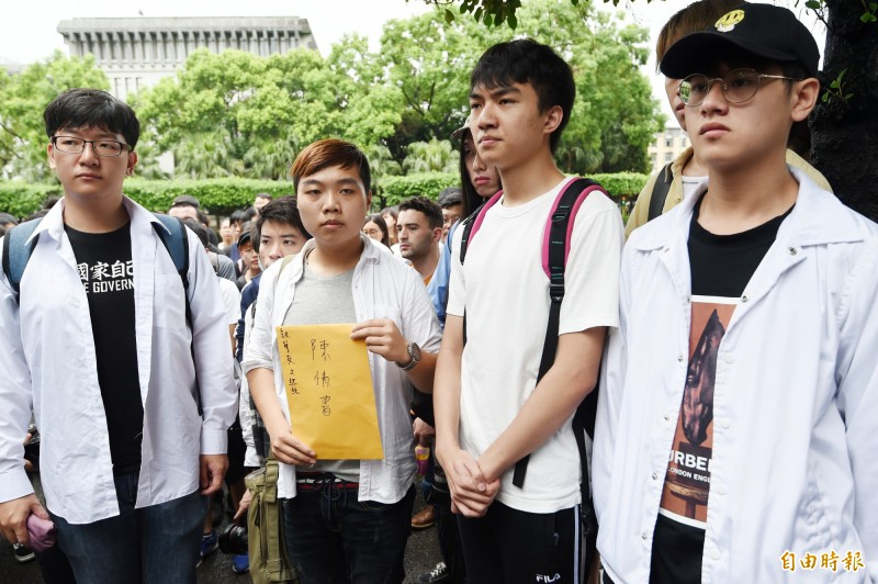 在台港生張俊豪拿著請願書率代表入總統府表達訴求。(記者朱沛雄攝)