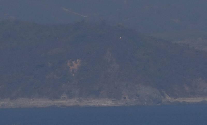 圖為從南韓延坪島觀測的北韓海岸一景。(美聯社)