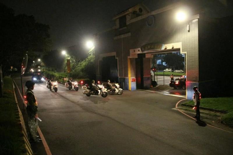 粉專發布快反連重機、警備車等單位在演練時的照片。(圖擷取自臉書_憲兵指揮部發言人)