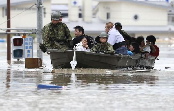 安倍晉三表示政府已派出近5萬名自衛隊員及警消人員到災區救援。(路透)