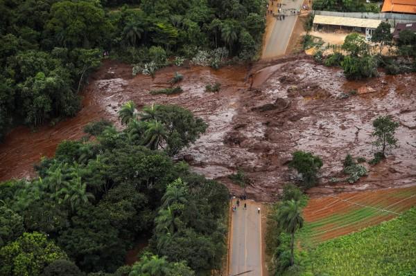 巴西水壩潰堤攀至58名死亡人數、尚有305人失蹤。(歐新社)